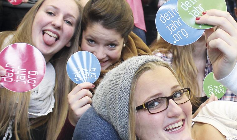 Freiwillige haben gemeinsam Spaß
