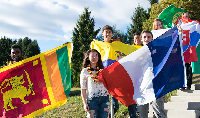 Internationale Freiwillige im Austausch beim Incoming-Programm