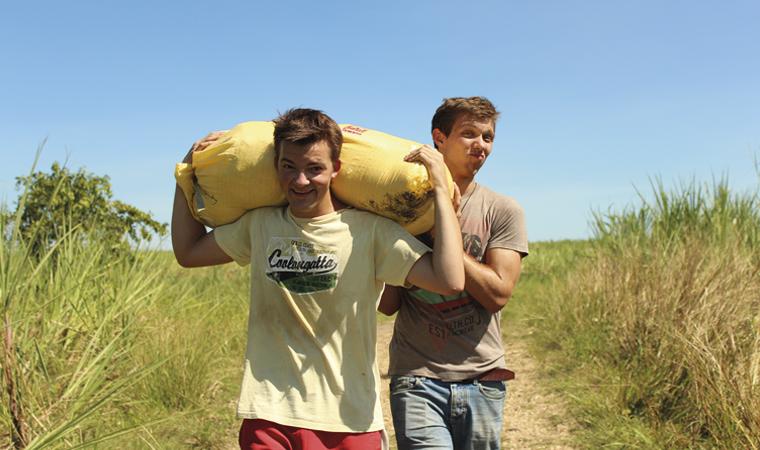 engagierte Männer im Freiwilligendienst