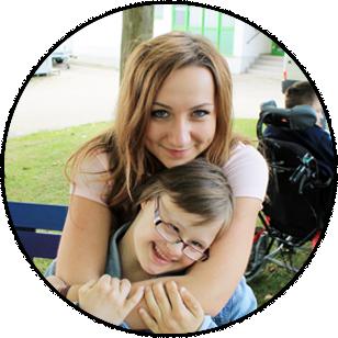 Freiwillige umarmt herzlich eine junge Frau mit Behinderung